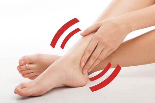 W wyniku zatrzymania płynu surowiczego w tkankach naszego organizmu dochodzi do pojawienia się obrzęków, które mogą dotyczyć różnych części ciała. Nazywamy je obrzękami obwodowymi. Są one efektem przesiąkania płynu przez ściany naczyń krwionośnych. Najczęściej dotyczą one kończyn dolnych. Istnieje wiele przyczyn i czynników powodujących powstawanie obrzęków. Mogą być spowodowane niewydolnością komór serca, zaburzeniami krążenia żylnego i limfatycznego, nieprawidłową pracą nerek. Główną przyczyną obrzęków jest przewlekła niewydolność żylna powstająca w wyniku wstecznego przepływu żylnego, zwężenia naczyń żylnych lub ich niedrożności. Konsekwencją jest zaleganie krwi, która powoduje puchnięcie nóg. Inną przyczyną może być zakrzepica żył głębokich. Jest to niebezpieczne schorzenie, ponieważ tworzące się zakrzepy mogą prowadzić do zatoru. Natomiast w przypadku niewydolności prawej komory serca dochodzi do zastoju krwi w układzie żylnym. Problem ten głównie dotyczy kończyn dolnych. Puchnięcie nóg może być także spowodowane zastojem limfy w wyniku uszkodzenia naczyń chłonnych lub wad wrodzonych. W takiej sytuacji mówimy o obrzęku limfatycznym inaczej zwanym słoniowacizną. Obrzęki nóg mogą pojawiać się również jako efekt długotrwałego stania lub siedzenia np. podczas lotu samolotem, jazdy samochodem, pracy przy biurku.